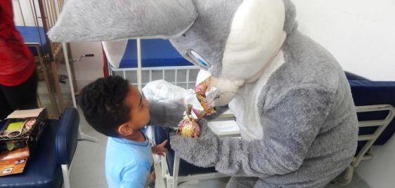 Pediatria ganha chocolates e visita do Coelho da Páscoa
